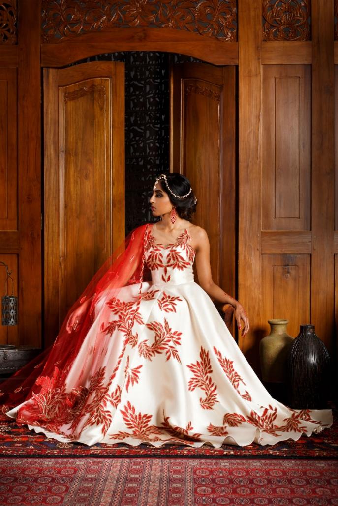 modelka w białej orientalnej sukni