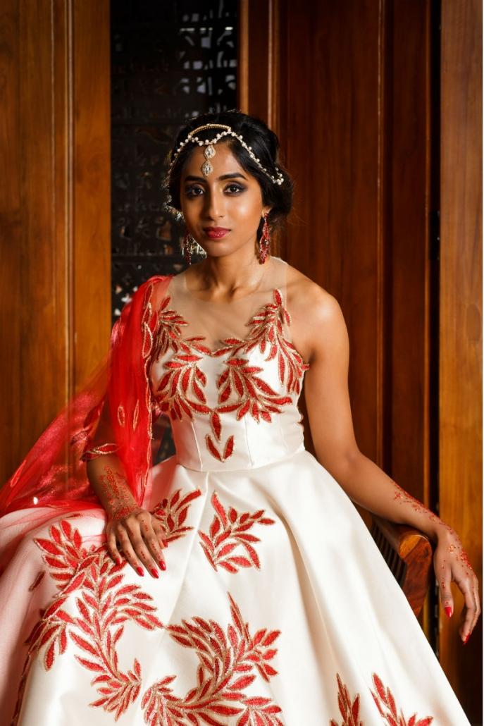 orientalna suknia biała z dodatkiem czerwonego