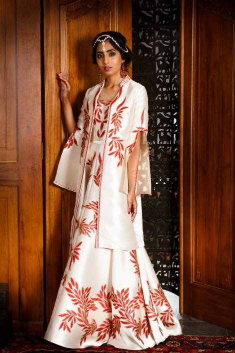 modelka w orientalnej sukni białej