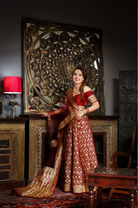hinduska modelka w czerwono-złotej sukni