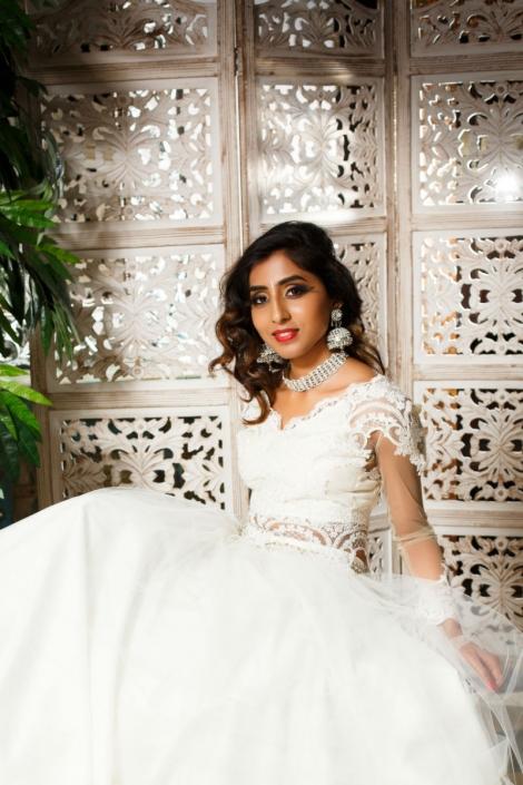 hinduska modelka w pięknej białej sukni orientalnej