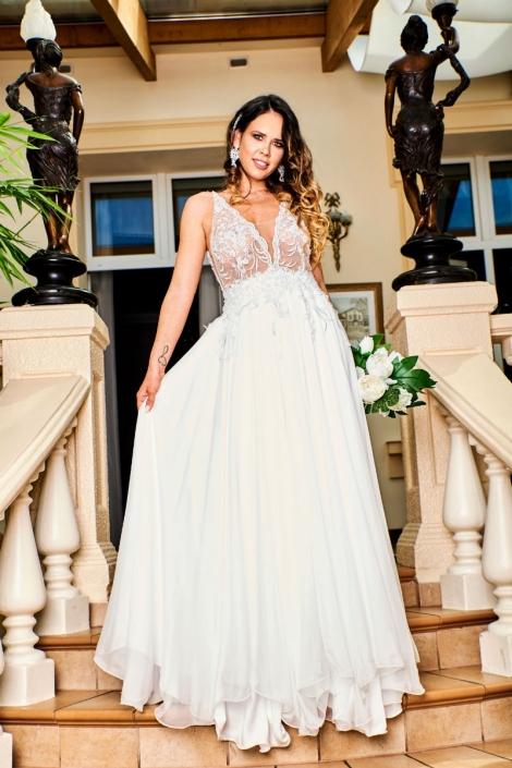 panna młoda w sukni ślubnej na schodach