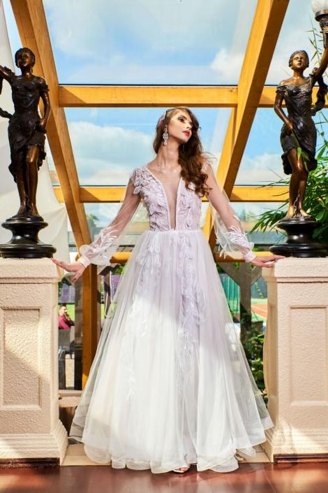 koronkowa długa suknia ślubna